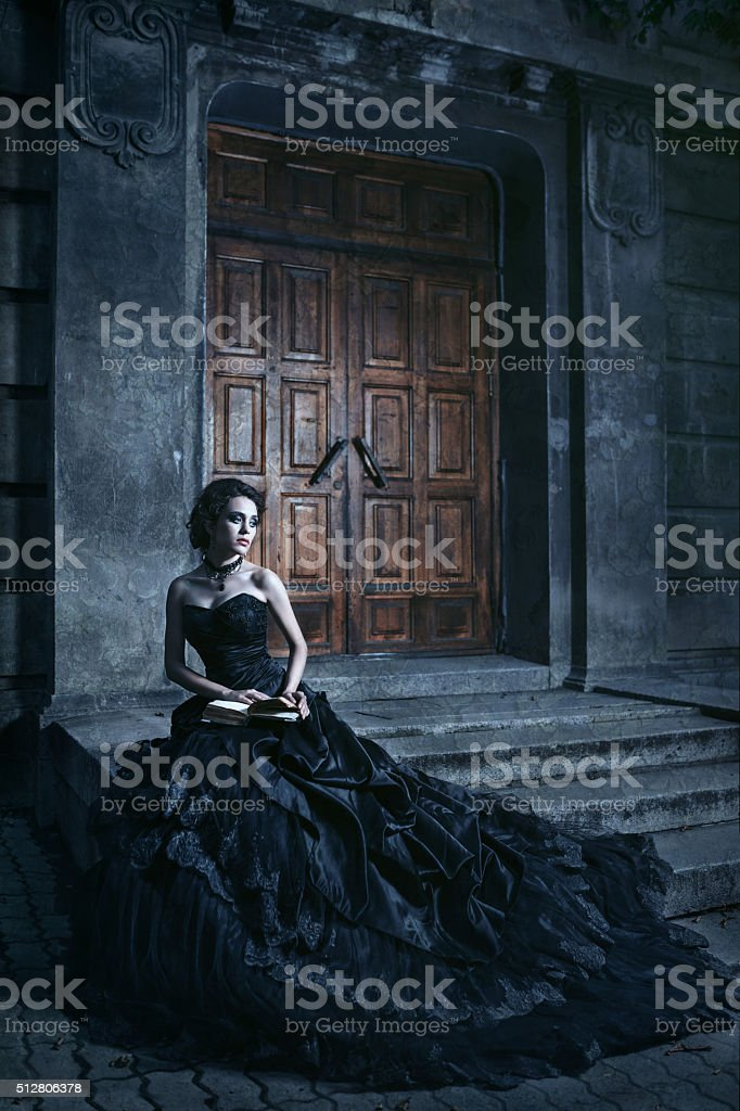 Brunette sur le bâtiment en arrière-plan - Photo