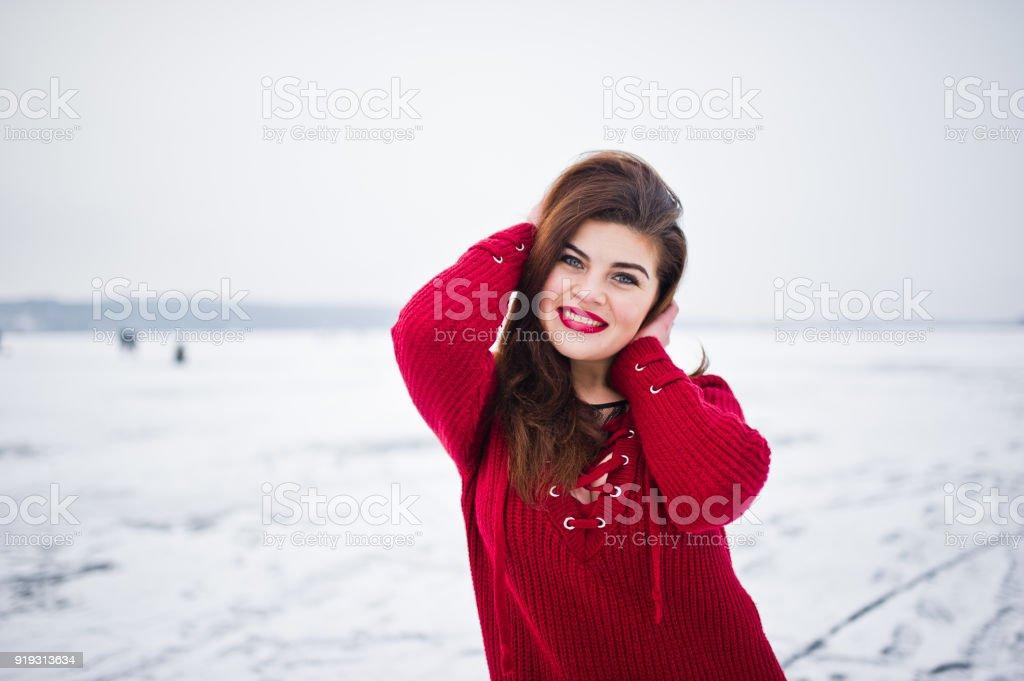 Tallas Grandes Morena Modelo En Rojo Contra Lago Congelado En Dia De Invierno Foto De Stock Y Mas Banco De Imagenes De A La Moda Istock