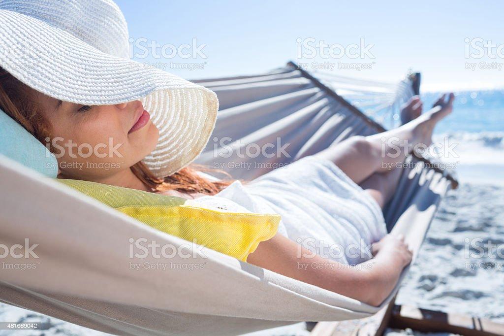 Brunette Relaxando na rede - foto de acervo