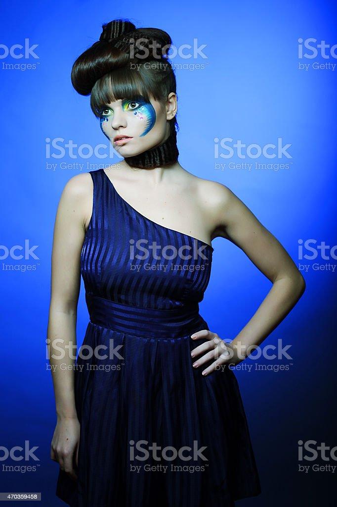 Brunette Con Maquillaje Creativo En Vestido Azul Foto De