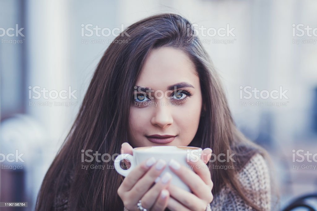 brunette woman drinking coffee - Royalty-free Adult Stock Photo