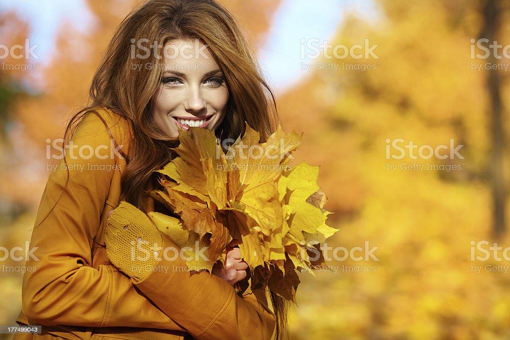 young brunette Frau Porträt im Herbst Farbe Lizenzfreies stock-foto