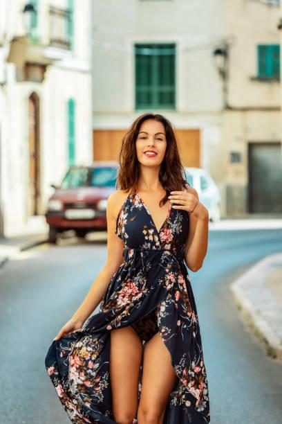 brünette Frau im Urlaub auf Mallorca – Foto