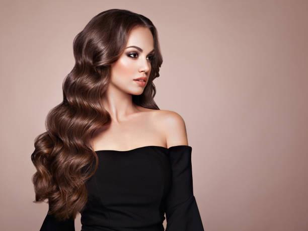 femme brune aux cheveux bouclés - mannequin photos et images de collection