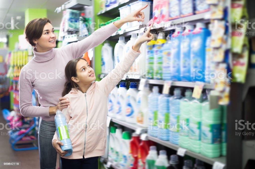 Mujer morena con hija elegir limpiadores - Foto de stock de Adolescente libre de derechos