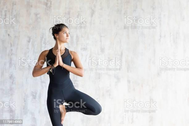 Brunette Vrouw Yoga Instructeur Doen Sterling Stockfoto en meer beelden van Alleen volwassenen