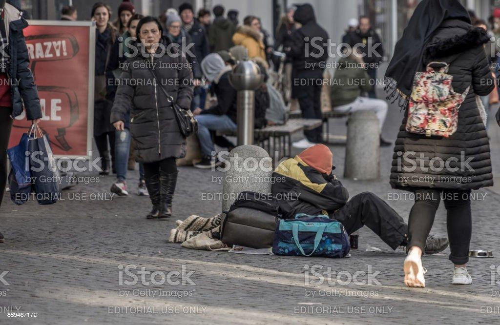 Braunschweig, Niedersachsen, Deutschland, 7. Dezember 2017: Einfrieren und müde armen Bettler in der Fußgängerzone vor der Weihnachtsmarkt von Braunschweig. – Foto