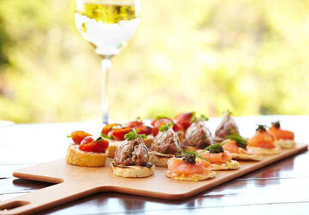 チーズとトマトのブルスケッタ、フォアグラ、ワイルドサーモン - フランス料理 ストックフォトと画像