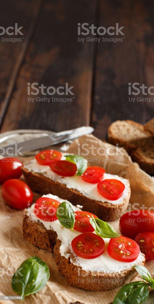 Bruschetta com cream cheese, tomate cereja e manjericão - Foto de stock de Alimentação Saudável royalty-free