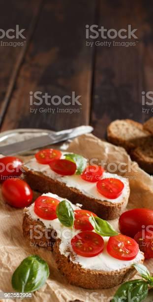 Foto de Bruschetta Com Cream Cheese Tomate Cereja E Manjericão e mais fotos de stock de Alimentação Saudável