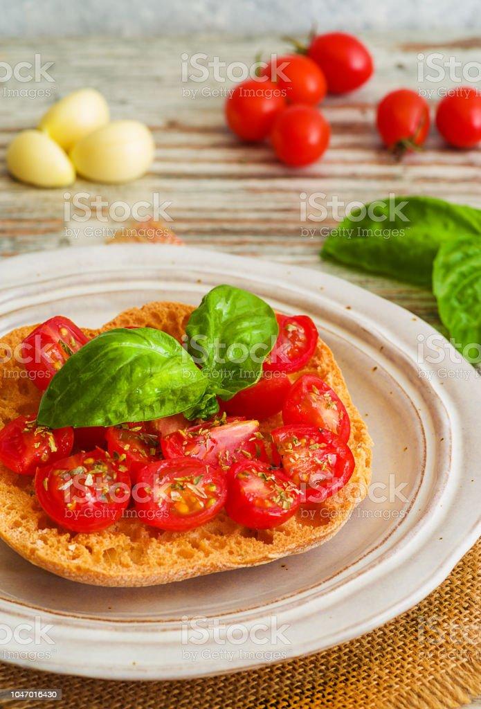 Bruschetta with fresh tomato, basil and garlic. - foto stock