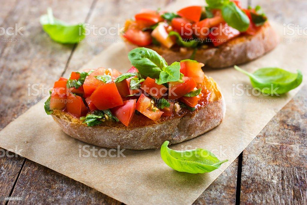 Брускетта с помидорами и базиликом стоковое фото