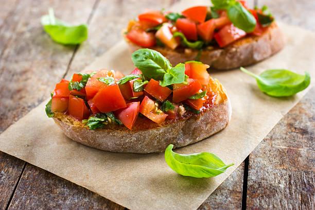 bruschetta con pomodoro e basilico - foto stock