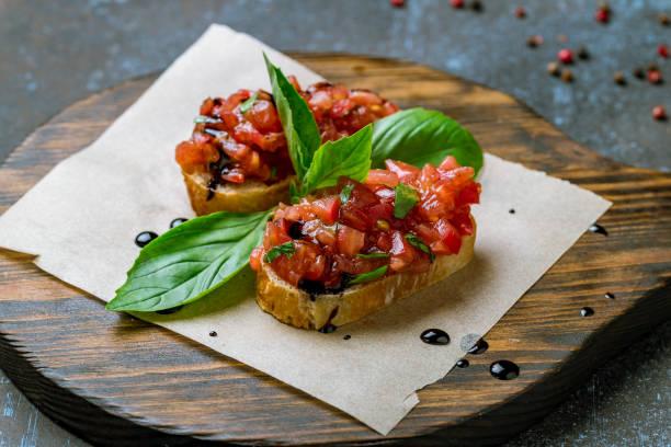 토마토와 치즈를 곁들인 브루스케타 - 브루스케타 뉴스 사진 이미지