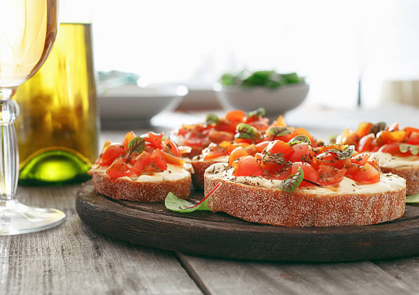bruschetta with tomatoes, goat cheese and basil - 브루스케타 뉴스 사진 이미지