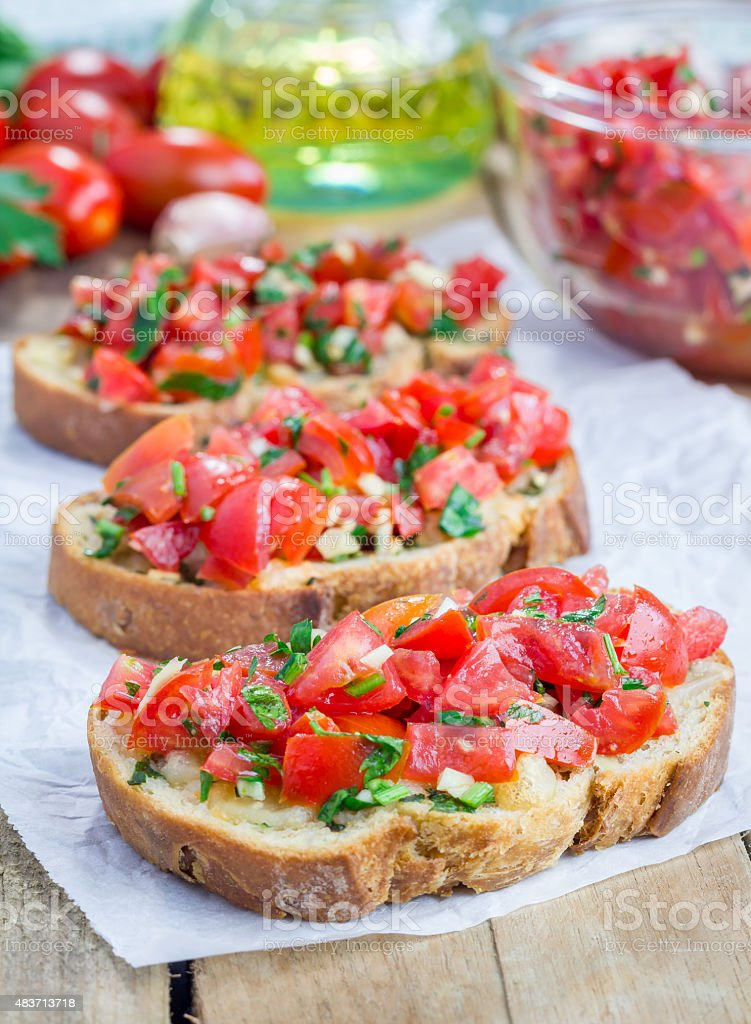 Bruschetta de tomate, alho, ervas e óleo de pão de queijo - foto de acervo
