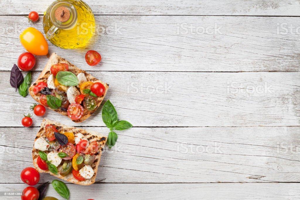 Bruschetta mit Tomaten, mozzarella und Basilikum – Foto