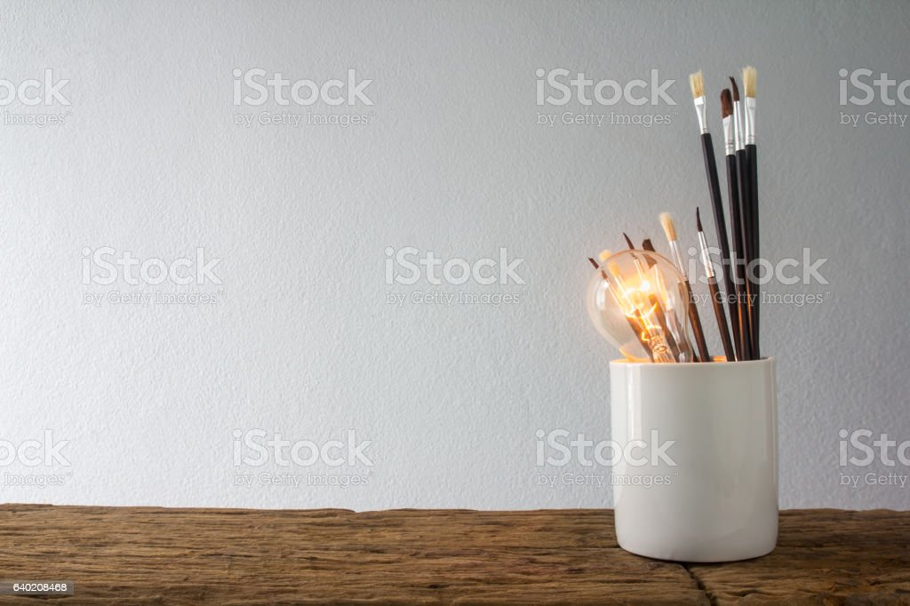 Brush and light bulb – Foto