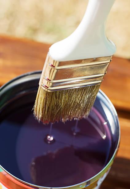 brush bad in pot streichen der holz bretter - dip gefärbt stock-fotos und bilder