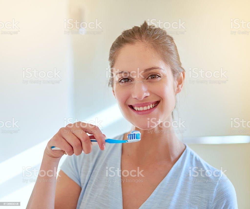 Brush every day to keep the dentist away - Lizenzfrei Attraktive Frau Stock-Foto