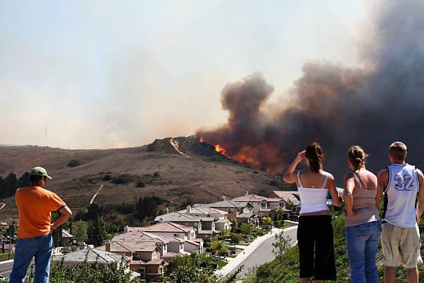 brush fire threatening homes - bosbrand stockfoto's en -beelden