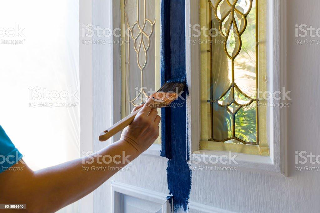 Pinsel Malerei Haus Haustür mit blauer Farbe zu Hause tun es selbst projizieren – Foto