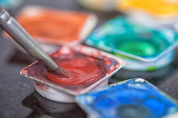 brush nehmen sie die rote aquarell von farbe pot - bemalte tontöpfe stock-fotos und bilder