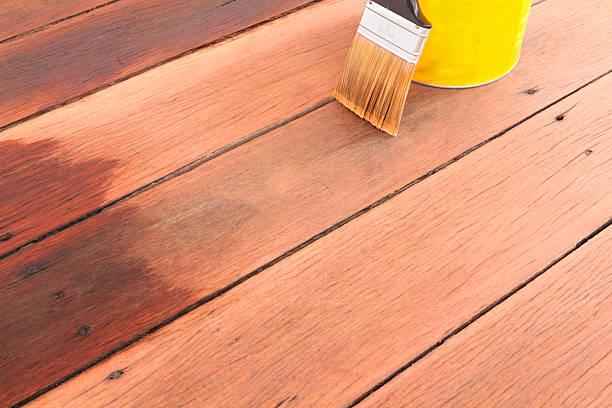 brush tin und holzdielen-öl für einen hölzernen deck - vorbau dekor stock-fotos und bilder