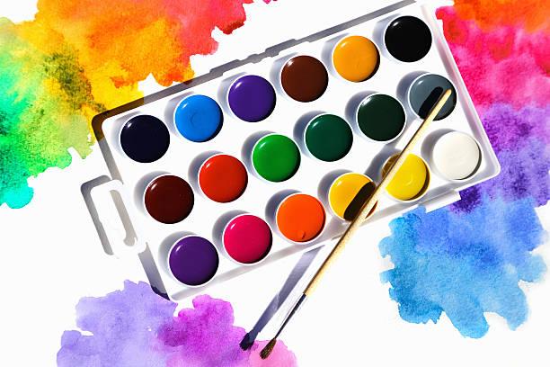 pinsel mit farben aquarell  - kunststoff behälter bemalen streichen stock-fotos und bilder