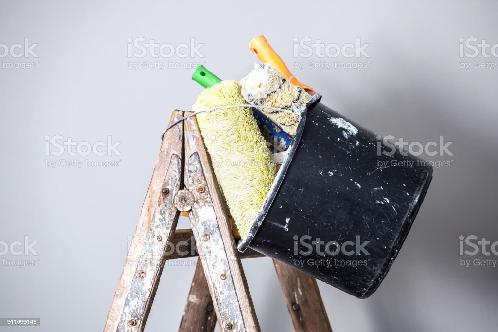 brushes in a bucket & professional ladder – zdjęcie