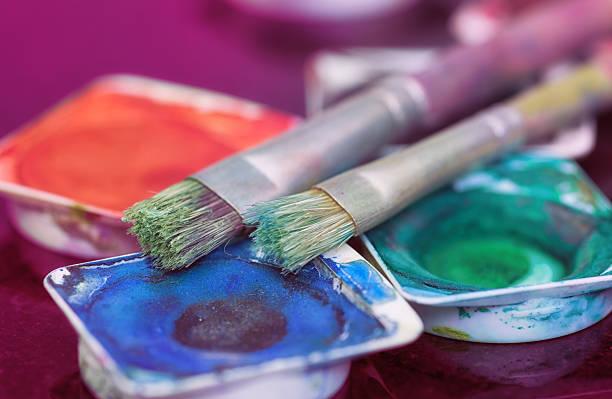 pinsel leg dich auf verschiedene paint pots - bemalte tontöpfe stock-fotos und bilder