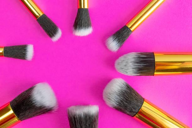 bürsten machen aus. kosmetische zeichenprodukte für frauen körper. glamo - rosa glitzer nägel stock-fotos und bilder