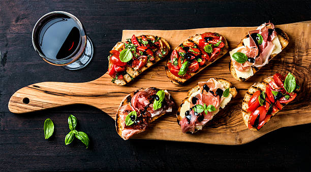 brushetta set and glass of red wine. small sandwiches with - comida italiana - fotografias e filmes do acervo