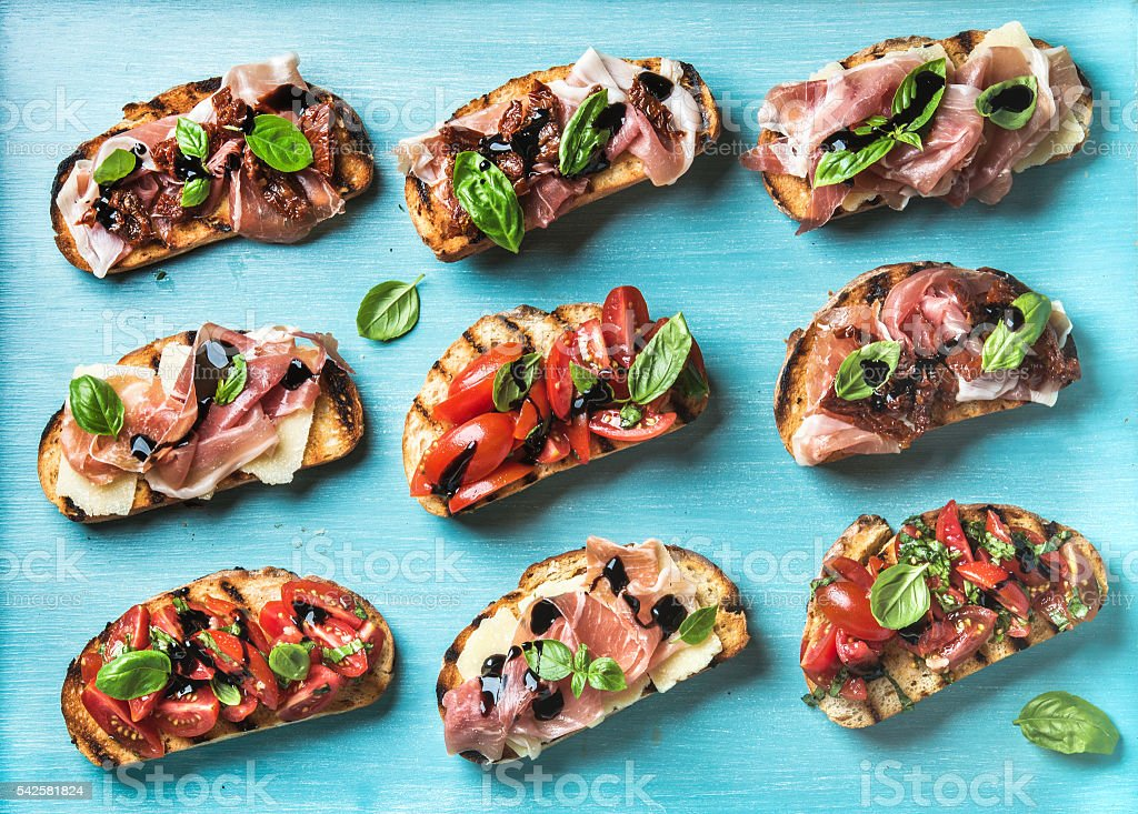 Brushetta snacks for wine. Variety of small sandwiches on turquoise - foto stock