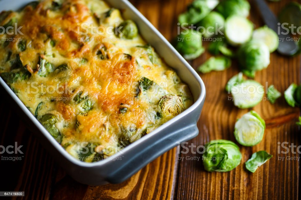 Brussels sprouts baked in sauce with cheese – zdjęcie