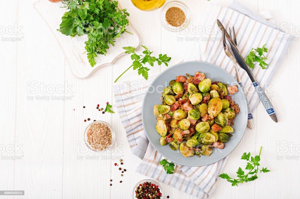 Rosenkohl. Gebratener Rosenkohl mit Speck. Leckeres Mittagessen. Flach zu legen. Ansicht von oben – Foto