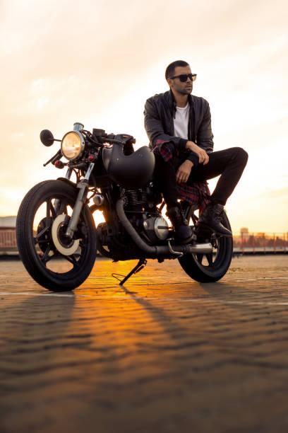 brutaler mann sitzen auf café racer custom motorrad. - motorrad männer stock-fotos und bilder