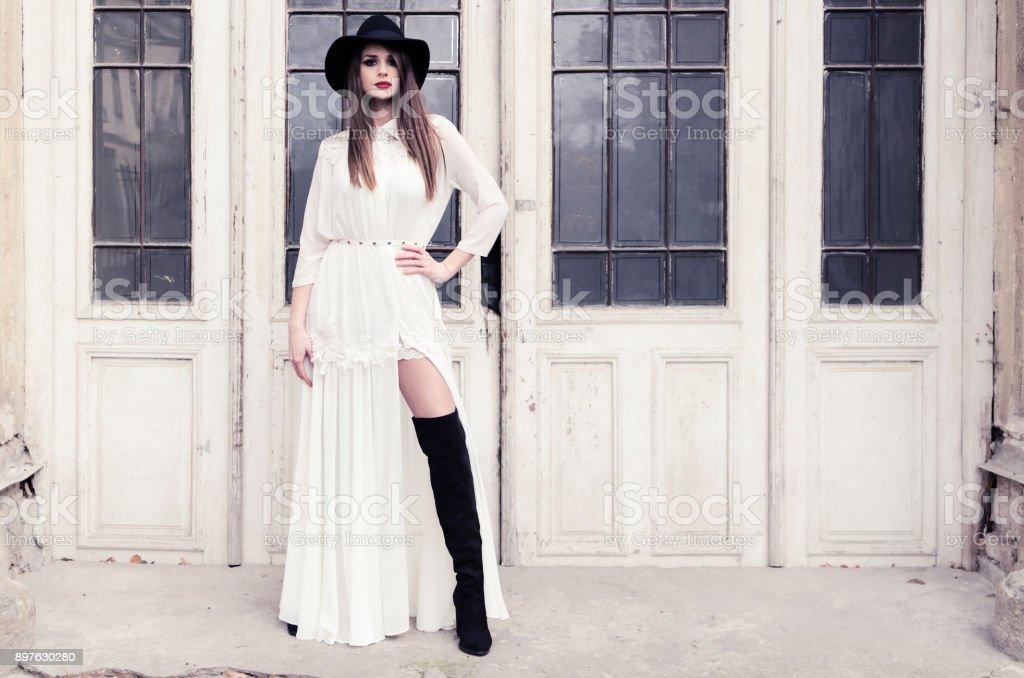 Bruttaly mulher de roupa preta e branca - foto de acervo