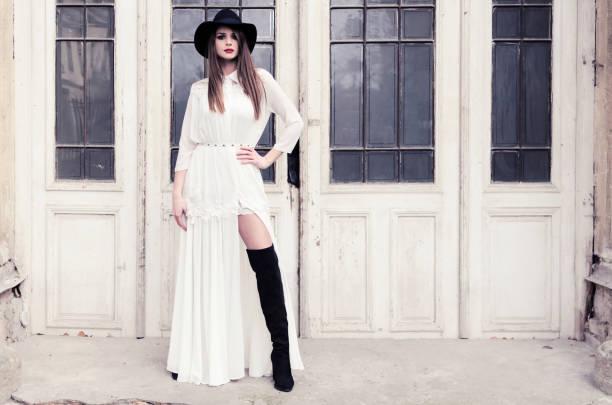 bruttaly frau in schwarze und weiße kleidung - damen rock lang stock-fotos und bilder