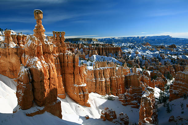bryce canyon in winter thor's hammer - bryce canyon national park stockfoto's en -beelden