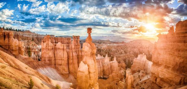 bryce canyon nationalpark bei sonnenaufgang mit dramatischer himmel, utah, usa - canyon stock-fotos und bilder