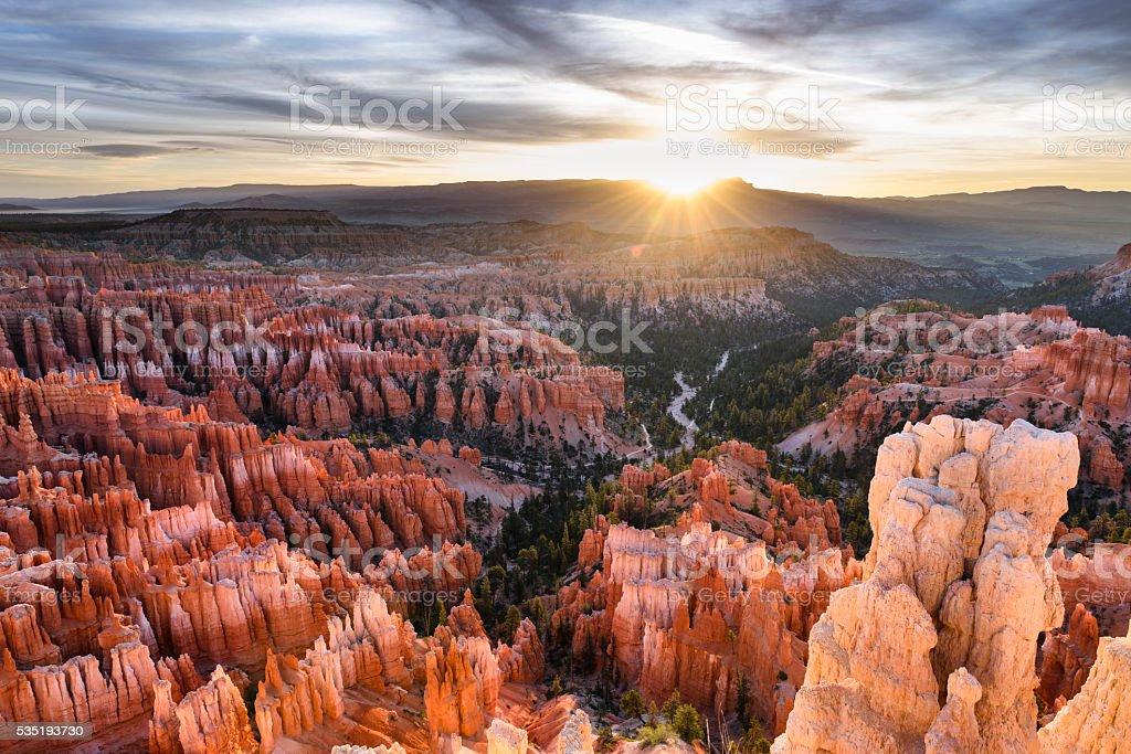 Bryce Canyon Nationalpark mit dramatischen Sonnenaufgang – Foto