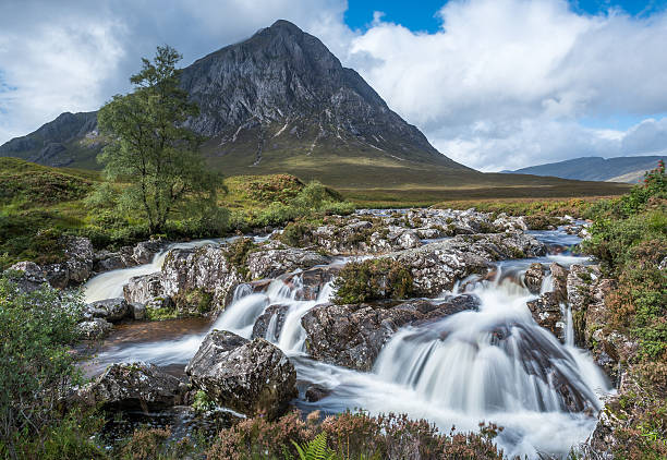 Buachaille Etive Mor and the waterfalls - foto de acervo