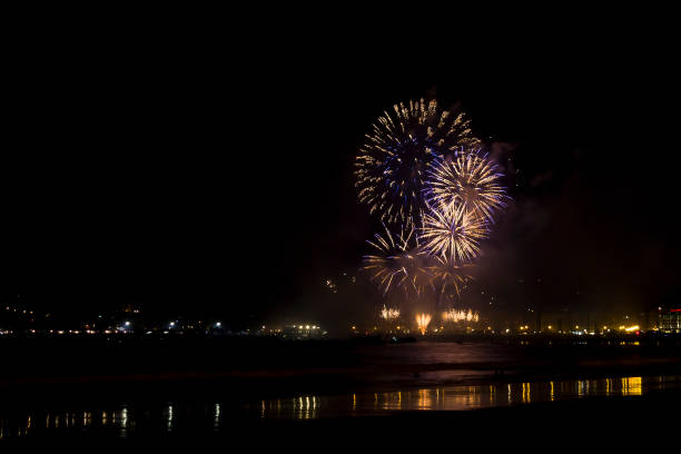 Bubble fireworks at night (San Sebastian, Spain). - foto de stock