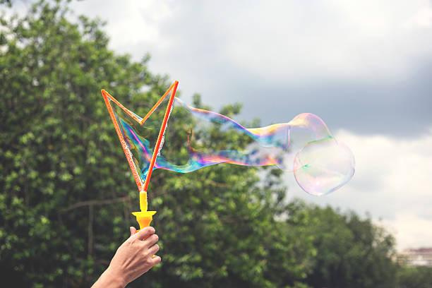 - blase  - riesen seifenblasen zauberstäbe stock-fotos und bilder