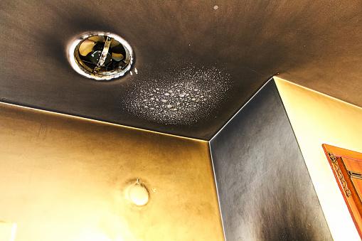 Bubbled And Smoked Up Ceiling After A Kitchen Fire - zdjęcia stockowe i więcej obrazów Alarm