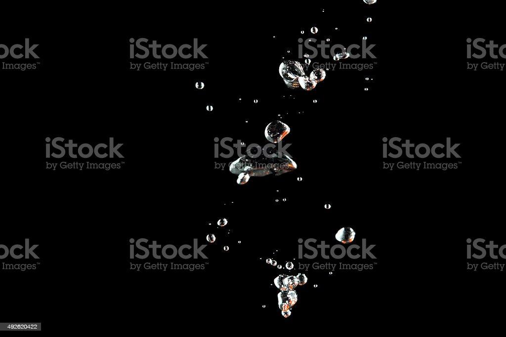 Blasen im Wasser auf schwarzem Hintergrund – Foto