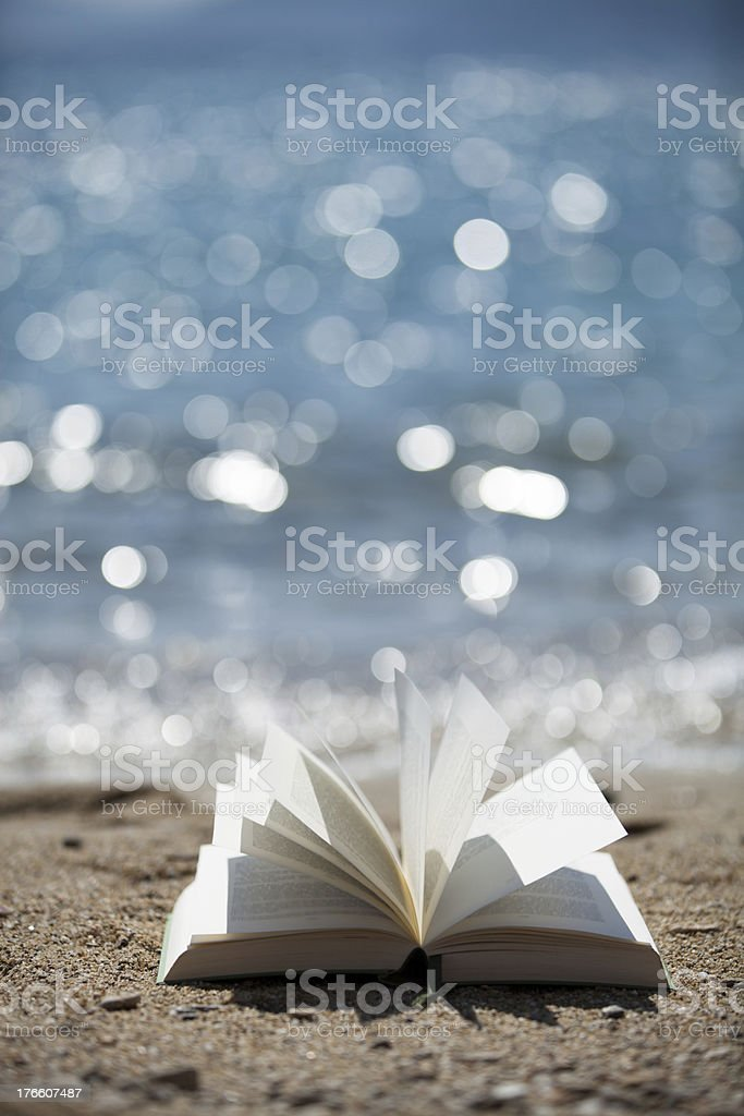 Buch im Wind mit Meeresglitzern stock photo
