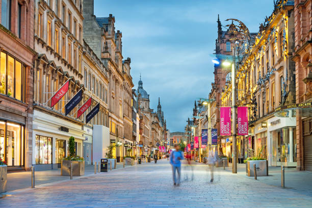 buchanan street shopping district in downtown glasgow scotland uk - via principale foto e immagini stock