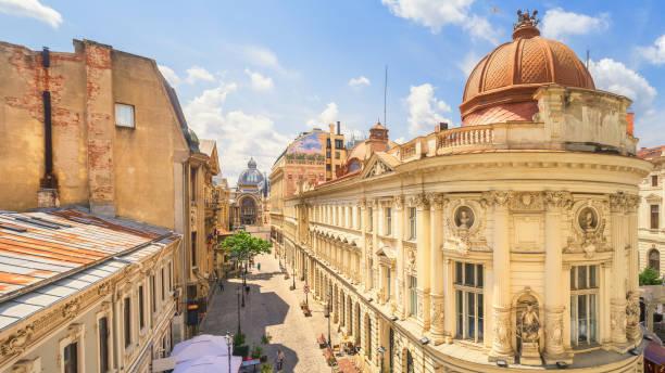 boekarest oude stad zonnige zomerdag - roemenië - oude stad stockfoto's en -beelden